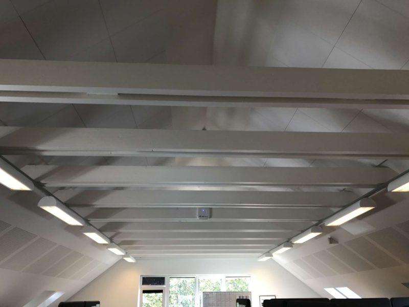 NoiseAway akustik loft monteret plader til direkte op limning.